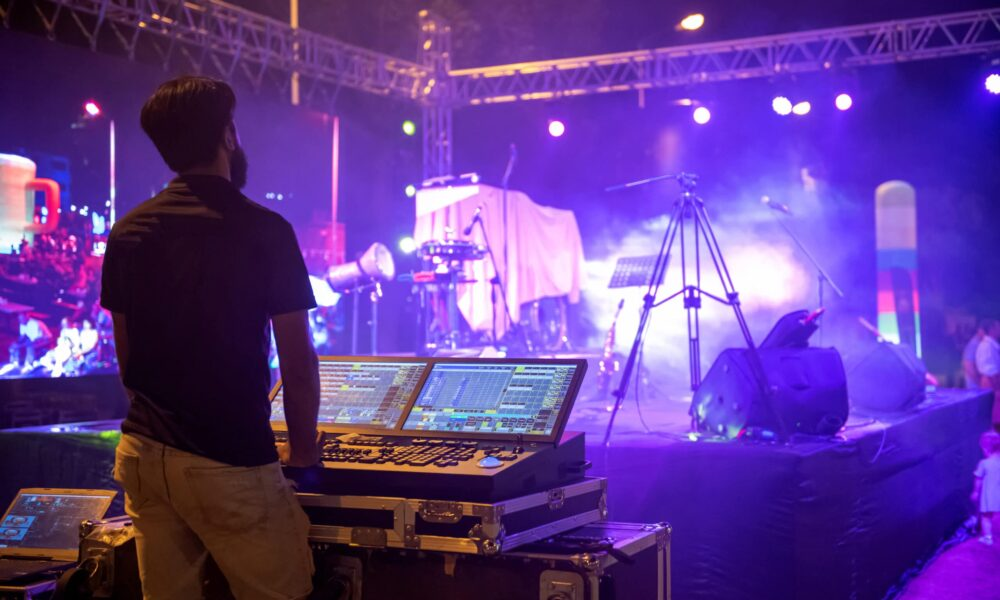 Sound,Engineer,Team,Working,To,Prepare,For,Music,Concert,Stage.